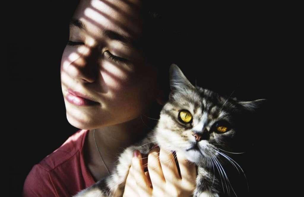 Картинки по запросу женщина и кошка на руках